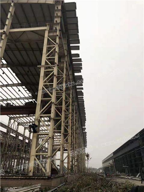 31.5米跨157米长重型钢结构房施工中