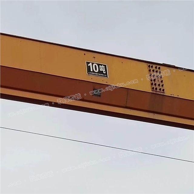 十吨吊车,跨度十八米,起升高度九米,两边延长六米,铁轨长度大约五十米